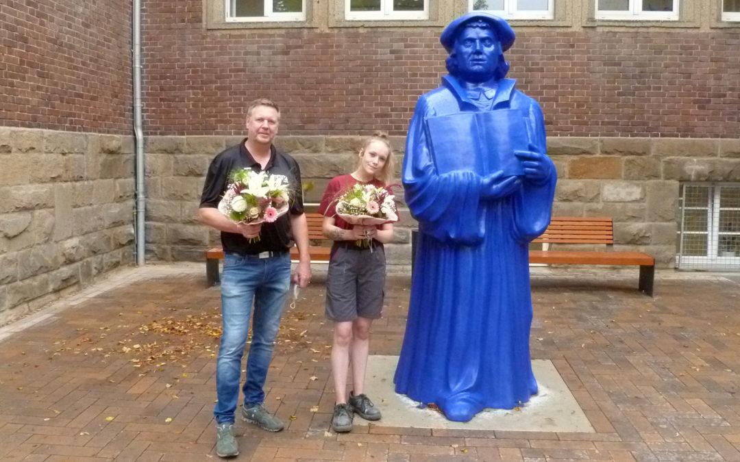 Reformator erstrahlt in Ultramarinblau: Richter Lackierungen überarbeitet Luther-Figur