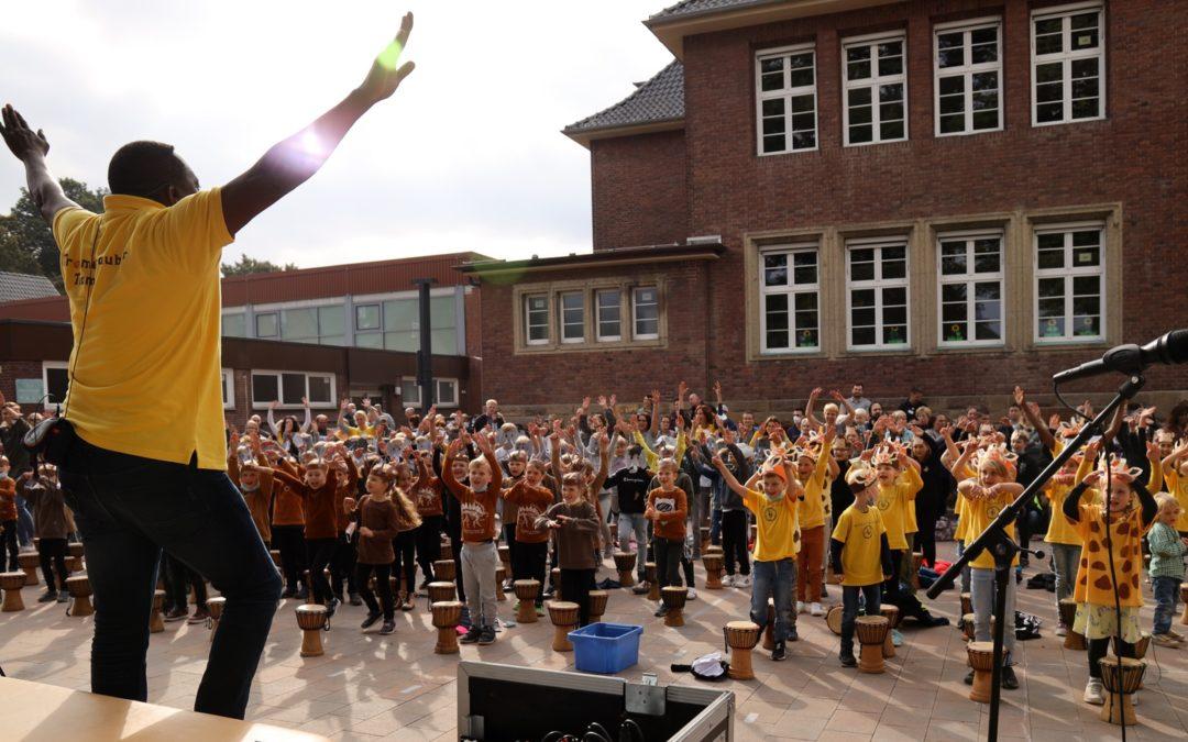 Gazellen, Elefanten, Giraffen und Affen tanzen und trommeln in der Schule